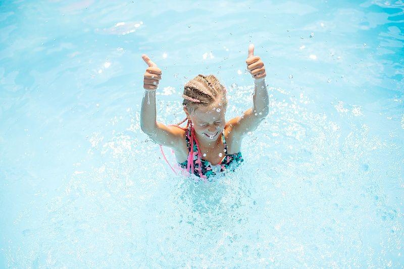 Jak przebiega nauka pływania w odpowiednich warunkach?